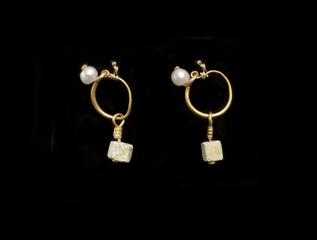 Roman gold earrings with glass beads and pearls